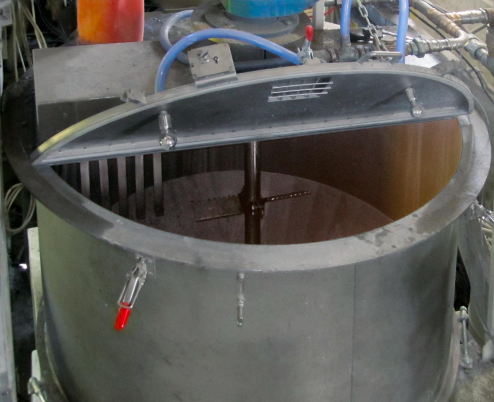 Zylindrischer Mischer mit geoeffnetem Mischerdeckel mit zentrischem Ruehrwerk und gezacktem Mischwerkzeug.