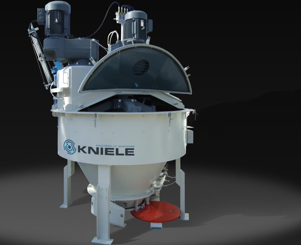 Weißer konusfoermiger Kniele Mischer fuer Beton mit zwei aufgesetzten Motoren und offenem Mischerdeckel.