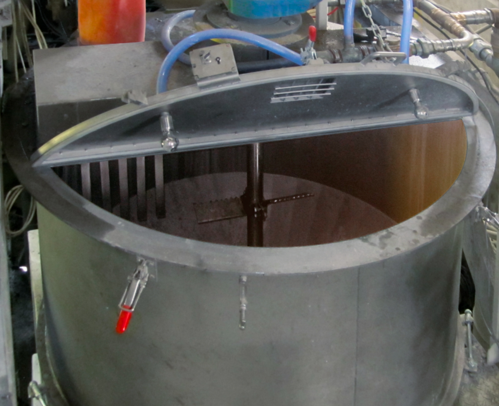 Cylindrical mixer with open mixer lid with a centric agitator and serrated mixing tool.